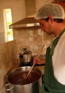 Transformation de la châtaigne en confiture dans la cuisine de la ferme